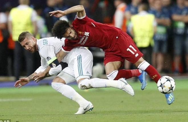 CDV phan no voi pha be vai 'nhu vo si MMA' cua Ramos voi Salah hinh anh 1