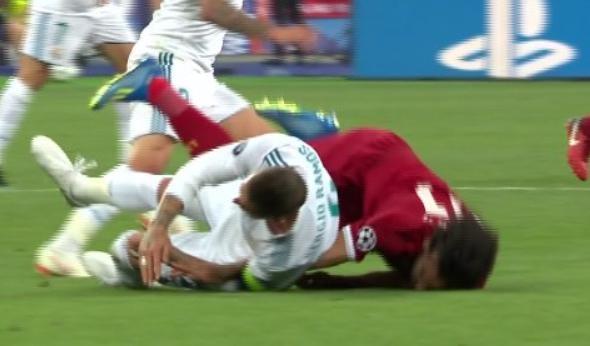 CDV phan no voi pha be vai 'nhu vo si MMA' cua Ramos voi Salah hinh anh