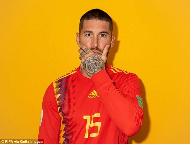 Ramos khoe hinh xam trong buoi chup hinh cung dong doi hinh anh