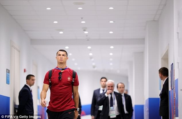 Ronaldo tiep tuc gui thong diep den Messi bang viec de rau? hinh anh 2
