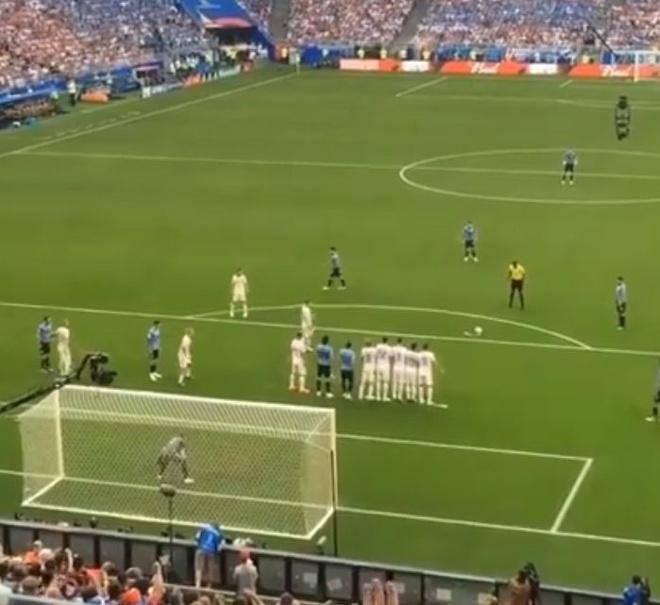 Hau ve Nga day Cavani mo duong cho Suarez ghi ban tu cham da phat hinh anh 1