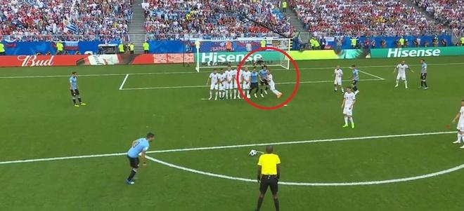 Hau ve Nga day Cavani mo duong cho Suarez ghi ban tu cham da phat hinh anh 2