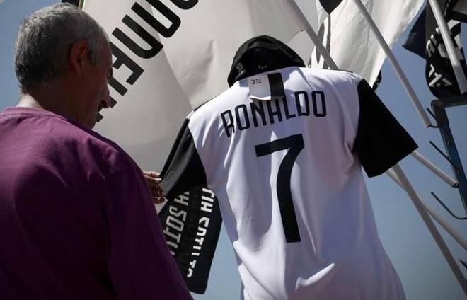 Ao dau Juventus so 7, ten Ronaldo duoc bay ban tran lan tai Turin hinh anh