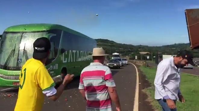 Xe buyt cua tuyen Brazil bi CDV qua khich tan cong? hinh anh 1