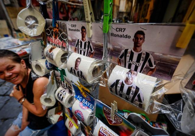 Giay ve sinh hinh Ronaldo bay ban tran lan tai Napoli hinh anh 1