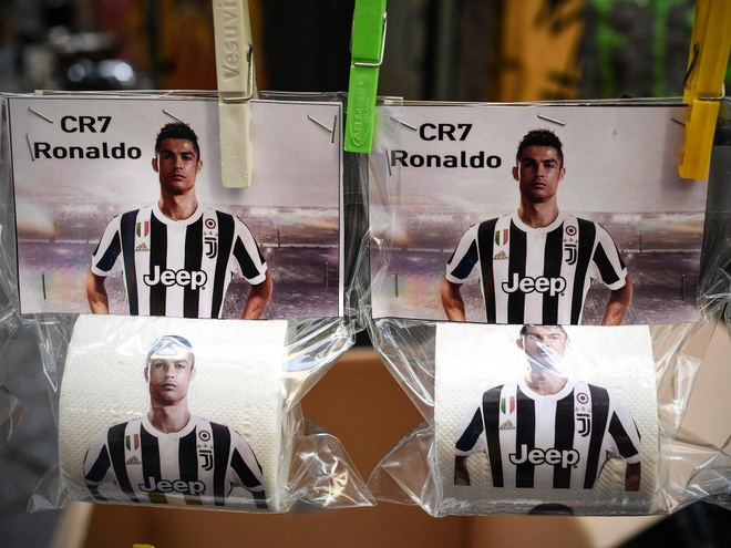 Giay ve sinh hinh Ronaldo bay ban tran lan tai Napoli hinh anh