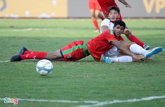 U23 Oman 1-1 U23 Palestine: Tien ve nhan the do ngay sau khi ghi ban hinh anh 1