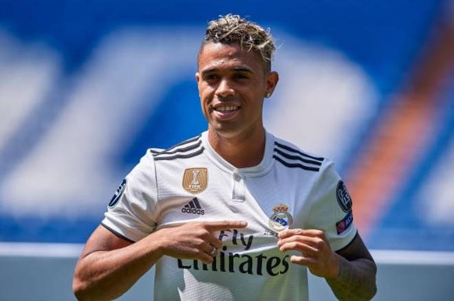 'Truyen nhan Ronaldo' khoa moi ban gai trong ngay ra mat hinh anh 8