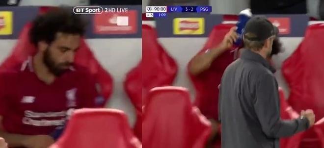 Salah thất vọng ném chai nước khi Firmino ghi bàn cho Liverpool