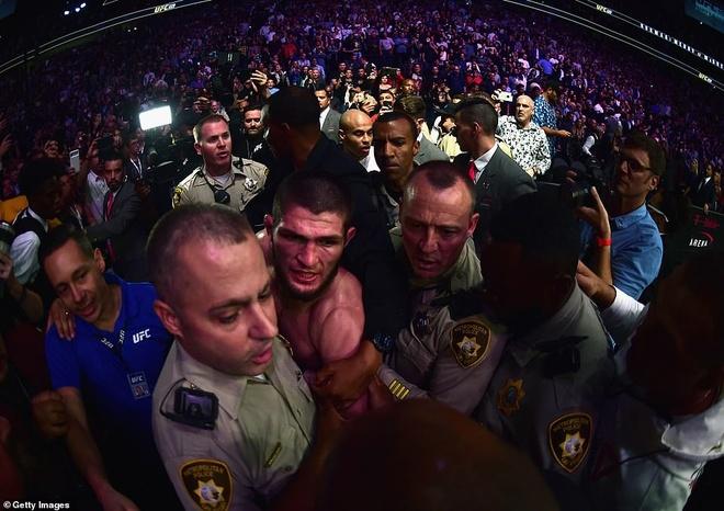 Nha vo dich UFC tiet lo ly do tan cong McGregor sau tran dau hinh anh 1