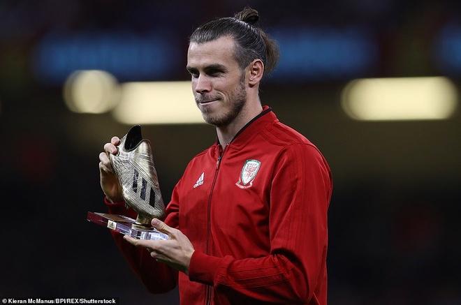 Bale rang ro nhan giai thuong trong ngay DT xu Wales bi vui dap hinh anh