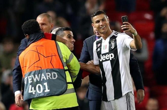 Ronaldo selfie voi CDV qua khich cua MU sau tran dau hinh anh