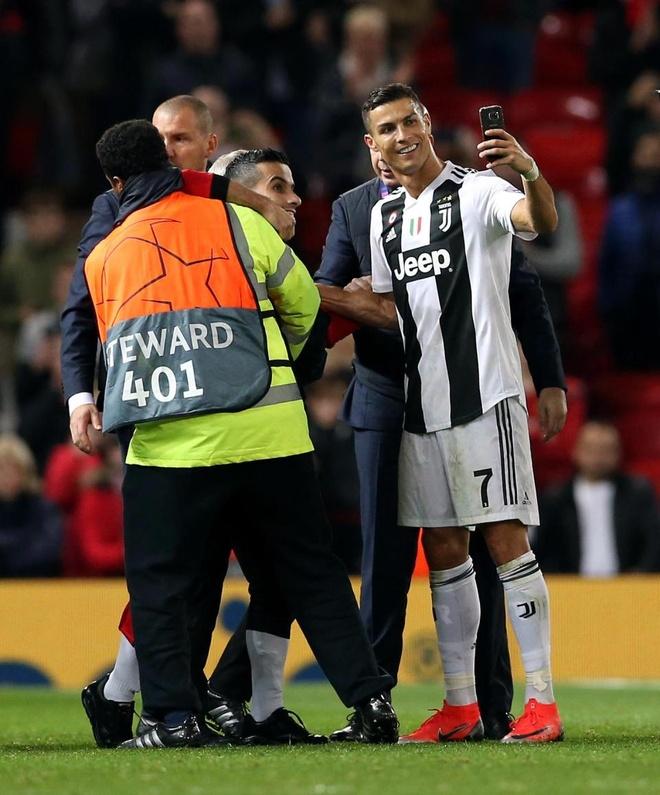 Ronaldo selfie voi CDV qua khich cua MU sau tran dau hinh anh 3