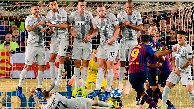Messi bat cuoi voi pha nam san can da phat cua sao Inter hinh anh