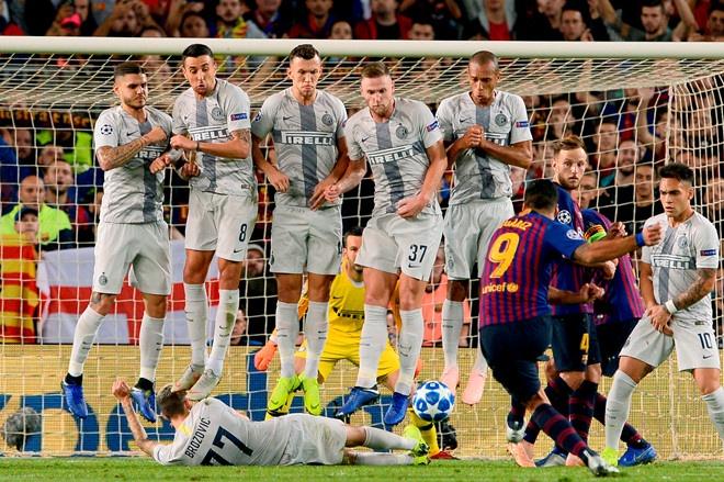 Sao Inter đặt tên cho pha nằm sân cản đá phạt trong trận gặp Barca