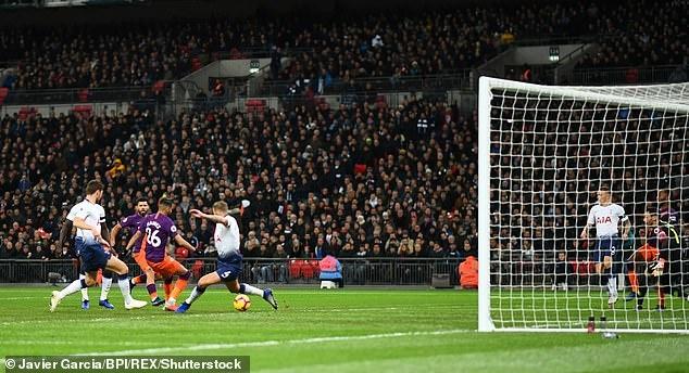 Mahrez tang ban thang cho Chu tich Vichai trong ngay Man City ha Spurs hinh anh 2