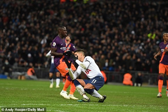 Mahrez tang ban thang cho Chu tich Vichai trong ngay Man City ha Spurs hinh anh 7