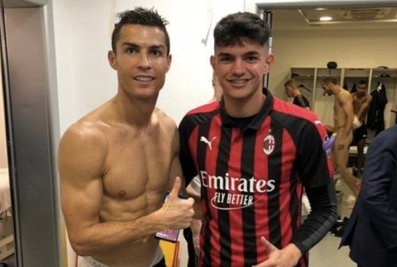 Thoi quen chup anh cua Ronaldo bao hai Chiellini hinh anh