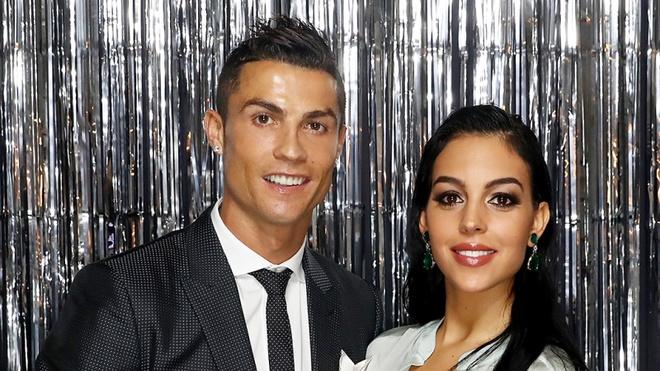 Ronaldo dinh hon voi ban gai du dang bi dieu tra hiep dam hinh anh