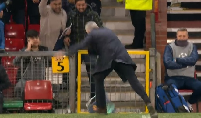 HLV Mourinho dap pha ngoai duong bien sau pha ghi ban cua Fellaini hinh anh 2