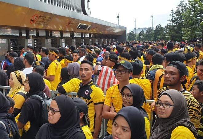 Hang nghin CDV keo ve san Bukit Jalil, troi bat dau do mua hinh anh