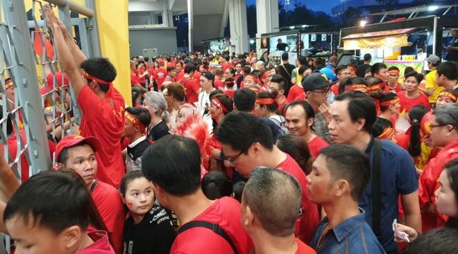 Nhiều CĐV Việt Nam không được vào khán đài Bukit Jalil dù có vé