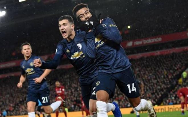 Liverpool 1-1 Man Utd: Alisson mac sai lam hinh anh