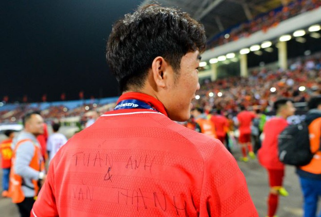 Xuan Truong mac ao co ten Tuan Anh, Van Thanh khi vo dich AFF Cup hinh anh