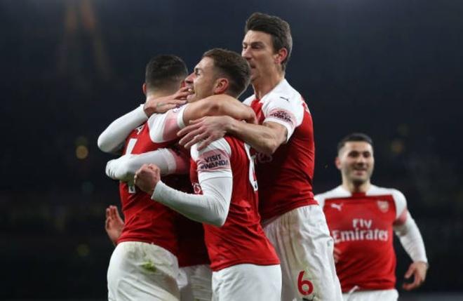 Chelsea nga ngua, Arsenal va MU ap sat top 4 hinh anh 1