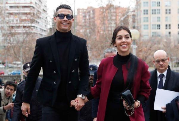 Ronaldo cung ban gai tay trong tay di hau toa tai Madrid hinh anh