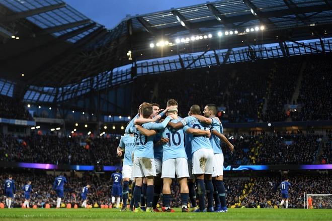 De bep Chelsea 6-0, Man City tro lai ngoi dau Premier League hinh anh 2