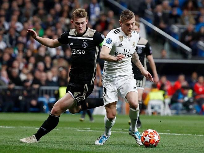 Ramos tuc gian nhin dong doi thua tham Ajax tren san nha hinh anh 1