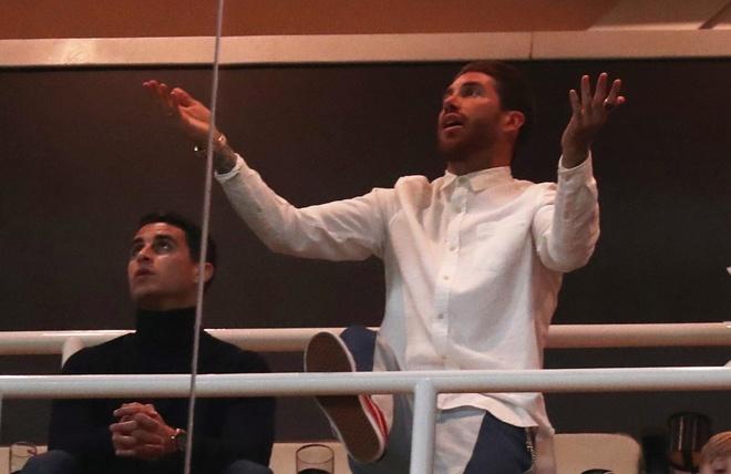 Ramos tuc gian nhin dong doi thua tham Ajax tren san nha hinh anh 6