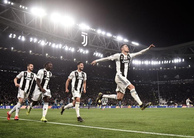 Ronaldo an mung che nhao HLV Simeone sau khi lap hat-trick hinh anh 1