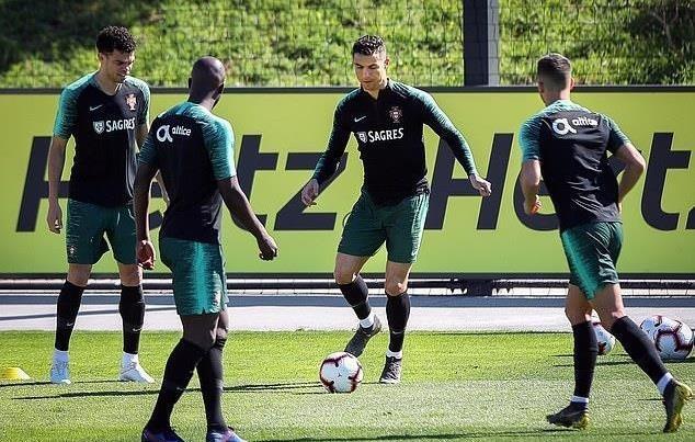 Ronaldo lan dau tro lai tuyen ke tu that bai o World Cup 2018 hinh anh 1