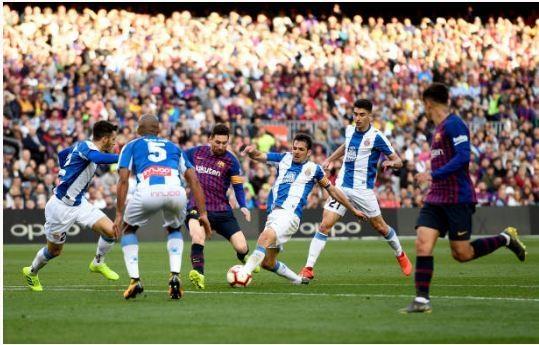 Messi toa sang giup Barca danh bai Espanyol 2-0 hinh anh 32
