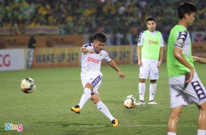 Quang Hai toa sang giup CLB Ha Noi thang dam SLNA 4-0 hinh anh 16