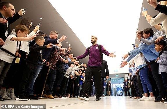 Ghi 4 ban o luot ve, Man City van phai chia tay Champions League hinh anh 10
