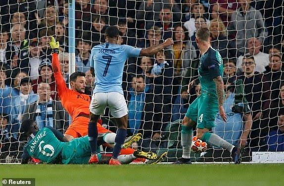 Ghi 4 ban o luot ve, Man City van phai chia tay Champions League hinh anh 28
