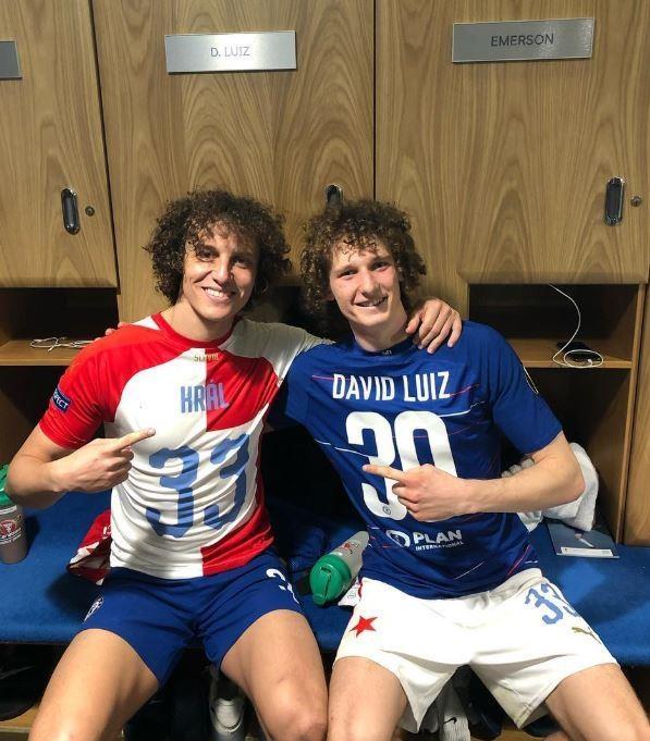 Khoanh khac David Luiz cham mat ban sao khien CDV thich thu hinh anh 2