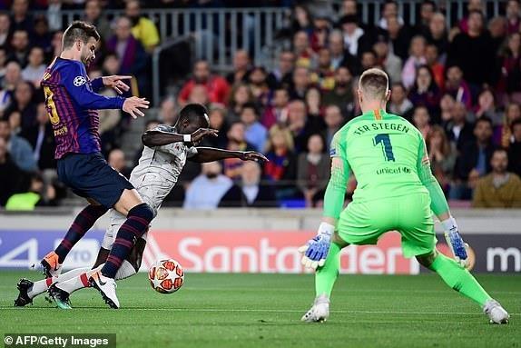 Messi lap cu dup, Barca nhan chim Liverpool tren san nha hinh anh 17