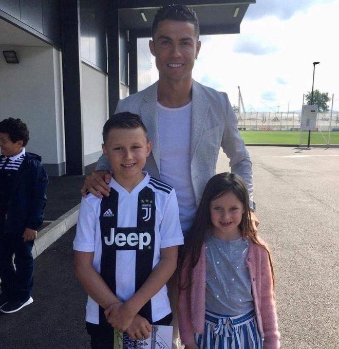 Ronaldo hoan thanh uoc nguyen cua cau be bi u nao hinh anh 1