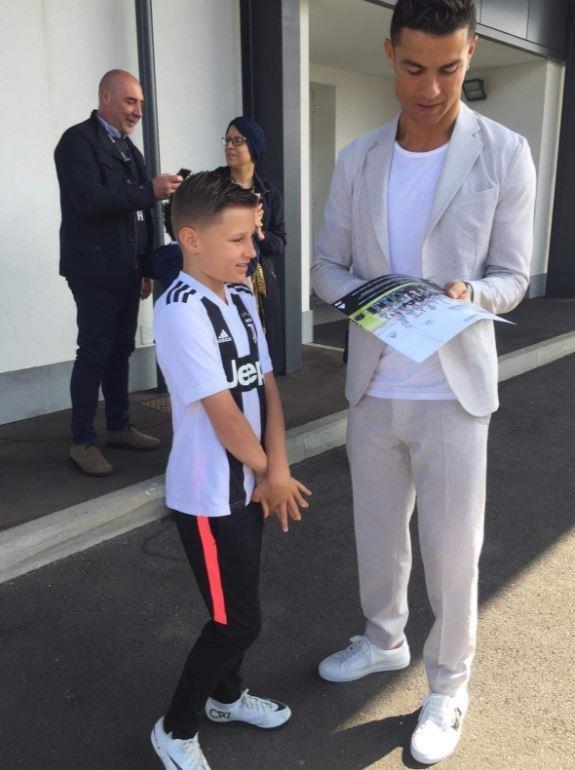 Ronaldo hoan thanh uoc nguyen cua cau be bi u nao hinh anh 2