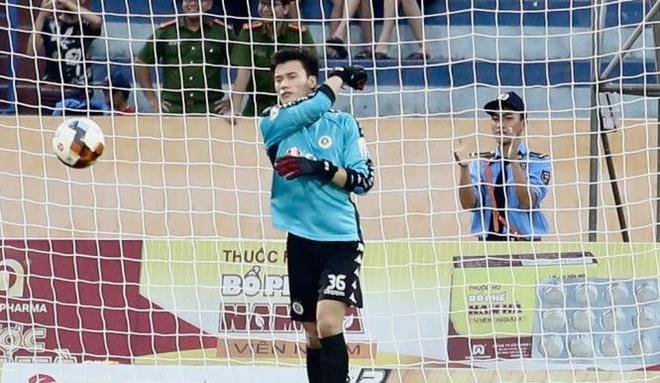 Bui Tien Dung 2 lan chon chan trong tran thua cua CLB Ha Noi hinh anh 1
