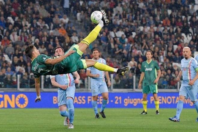 Ronaldo gay ngo ngang voi ky thuat 'xe dap chong nguoc' hinh anh 5