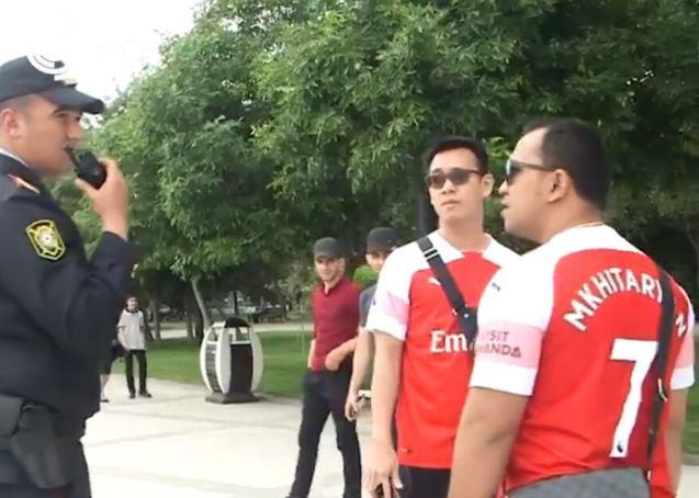 CDV Arsenal bi canh sat chan lai vi mac ao in ten Mkhitaryan hinh anh 1