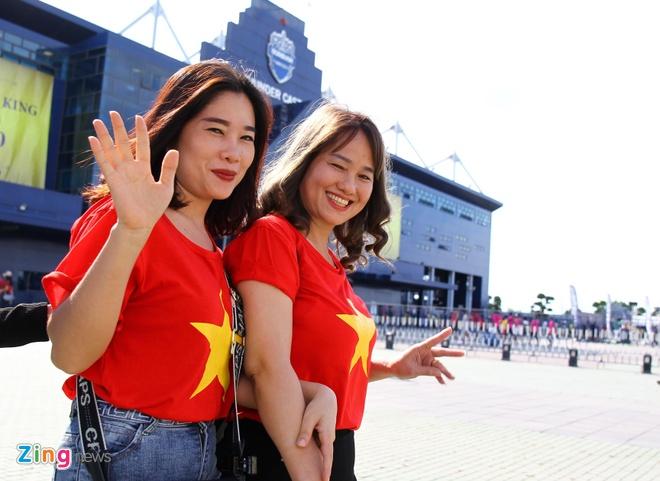 CĐV Việt Nam và Thái Lan hâm nóng không khí ở King's Cup