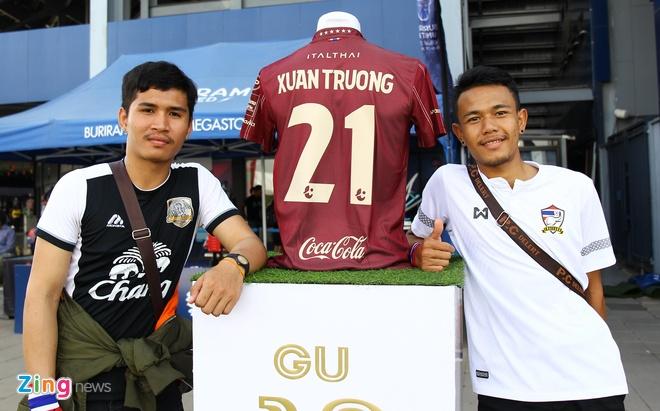 CĐV Thái Lan cổ vũ Xuân Trường trước trận đấu với Việt Nam