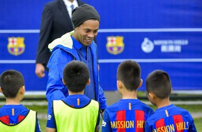 Ronaldinho doi dieu khoan 'di bar 2 lan moi tuan' de gia nhap Flamengo hinh anh 2