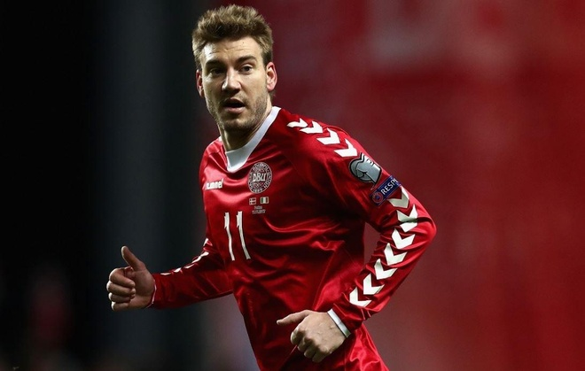 Bendtner giup CLB moi ban het ao dau trong mot ngay hinh anh 1